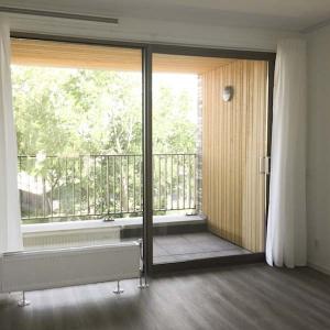 woonkamer met balkon op zuiden De Kaai 36 Goningen