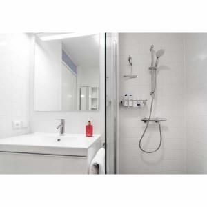 Complete badkamer met inloopdouche 2-kamerappartement Mercuriushof Dr. Schaepmanstraat 143 Assen_2