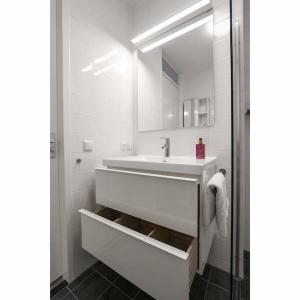Complete badkamer met inloopdouche en opbergruimte appartement Mercuriushof Dr. Schaepmanstraat 143 Assen_4kopie